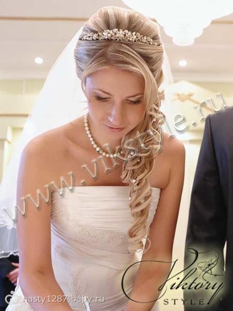 прически с накладными волосами на свадьбу с фатой