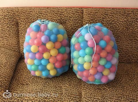 В гигантском шаре диаметром 1 метр - 500 маленьких шариков + конфетти