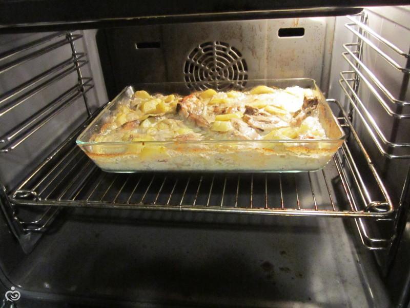 курица с картофелем запеченные .