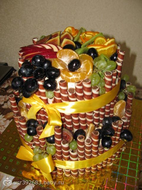Торт с фруктами бока с вафельными трубочками фото