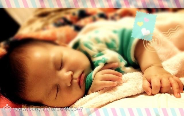 Сладкий сон на маминых руках.