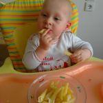 Вот так папа кормит дочу....