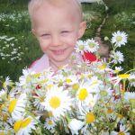 Озорница в цветущих ромашках