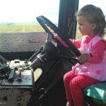 Вон трактор идёт - Тракториночка, А на тракторе сидит  Ягодиночка.
