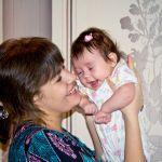 Я дочку на руках держу  И к солнышку ее тяну. Она улыбку дарит мне, И  я счастливей всех втройне)