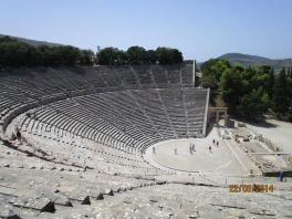 Амфитеатр, построенный в честь бога Диониса, известен своей уникальной акустикой.